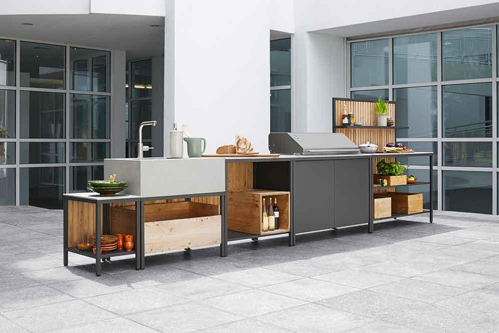 modulare Außenküche, Gasgrill, Spüle, Beton, Holzkisten, Stahlrahmen